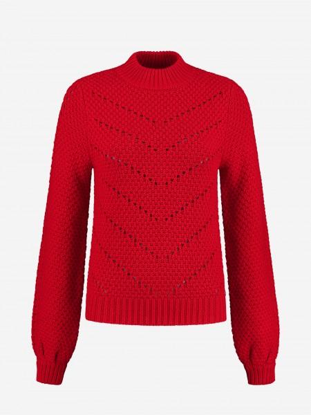 Rode trui met hoge halslijn